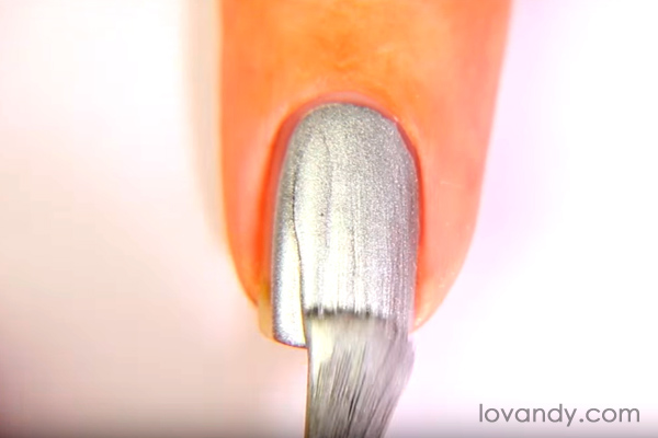 paint nail with chrome effect nail polish